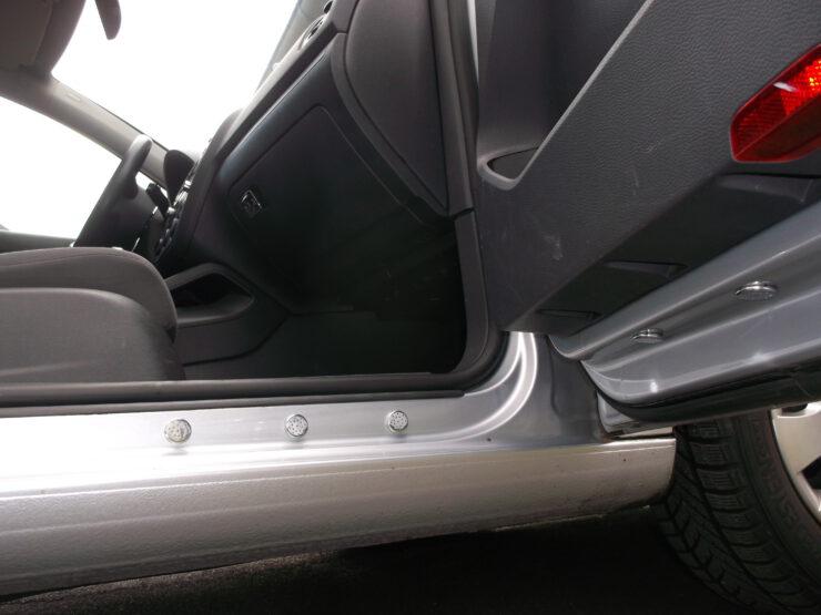 Lüftungseinheit am Fahrzeug zum reinigen des Schuhwerkes beor man in das Fahrzeug einsteigt